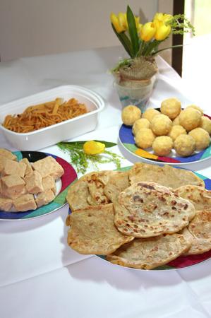 Indiase snoep zijn versierd in platen voor feest Stockfoto