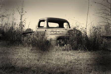 oude pickup truck instantie in de rotzooi werf Stockfoto