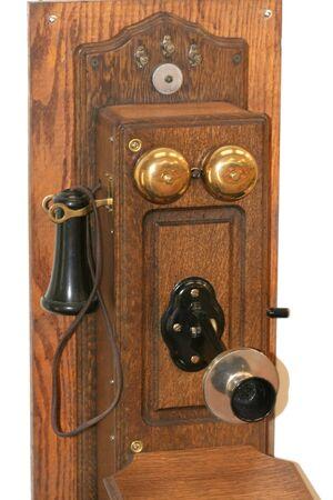 recoger: Antiguo teléfono de madera sobre un fondo blanco