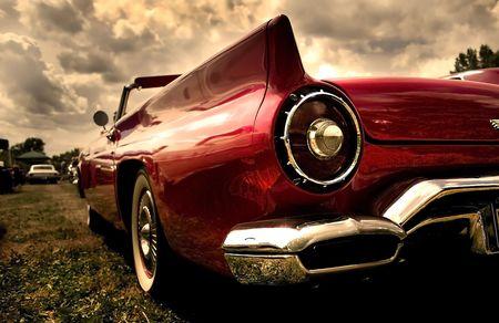 Close-up shot van een antieke auto in sepia kleur