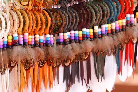 Kleurrijke ambachten met vogel veren gemaakt door Indianen  Stockfoto
