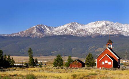 school house: Casa de la escuela hist�rica en las monta�as rocosas de Colorado