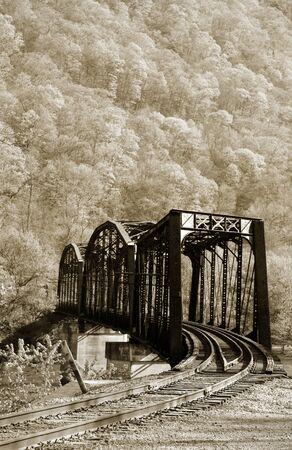 national forest: Viejo puente de tren r�stico en el bosque nacional de Allegheny Foto de archivo