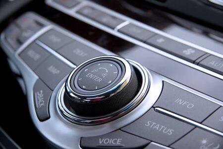 stereo: Gros coup de commandes audio de voiture de luxe  Banque d'images