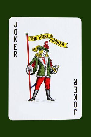 fondo verde oscuro: Tarjeta de joker aislados sobre fondo verde oscuro