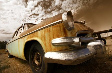 セピア調の素朴な車の広角ショット 報道画像