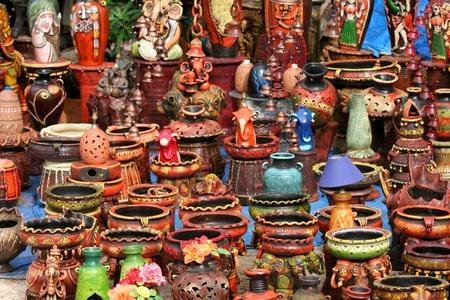 ollas de barro: Artesanías coloridas de la India Foto de archivo