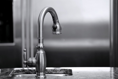 Luxe keukenkraan en koelkast zwart-wit interieur Stockfoto