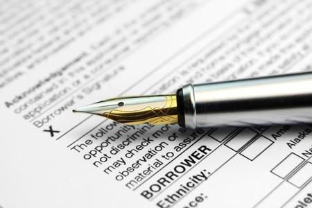 Concept van de ondertekening leningsovereenkomst met glanzende pen
