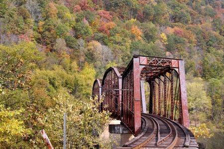 ferrocarril: V�a del tren rural en el oeste de las monta�as de Virginia en el oto�o de tiempo