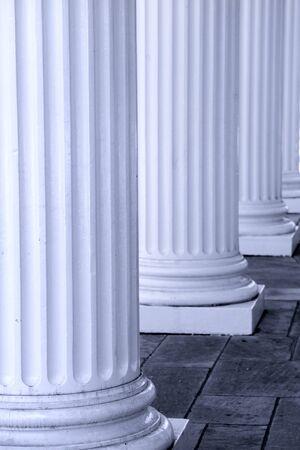 derecho romano: Fila de los pilares de gran altura en el frente del edificio histórico