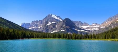 Panoramiczny widok z Swift Current jeziorem w Glacier National Park