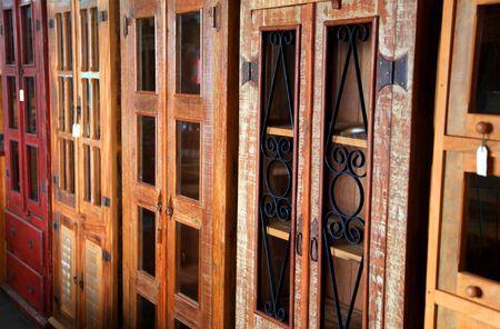 muebles antiguos: S antiguos estantes de madera en una fila