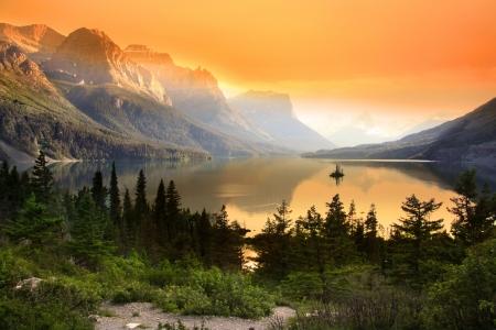 グレイシャー国立公園 (モンタナ州) の聖メアリー湖の野生のガチョウの島