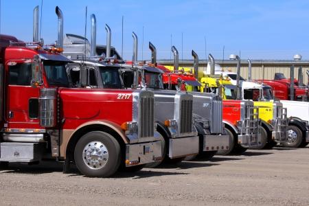 parked: Panguitch, Utah - 20 juli Rij van Oplegger vrachtwagens 20 juli 2009 in Panguitch, Utah, Er zijn ongeveer 5 6 miljoen opleggers of opleggers geregistreerd voor gebruik in de VS, bijna drie keer het aantal semi vrachtwagens Redactioneel