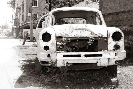 放棄された車のボディ