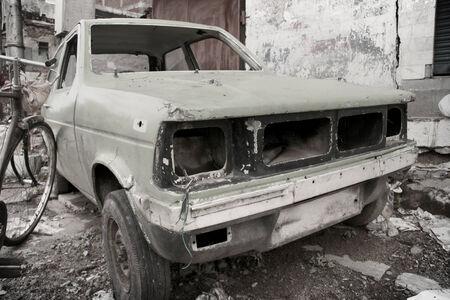 インドのスラムでさびた車ボディ