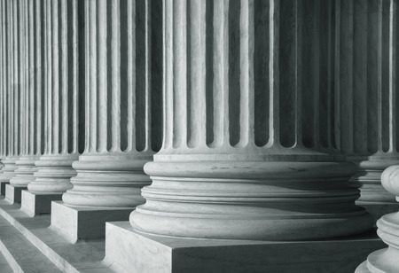 derecho romano: Fila de pilares de gran altura en el color monocromo