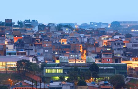 pobreza: Las favelas de hacinamiento en Sao Paulo, Brasil en la noche Editorial