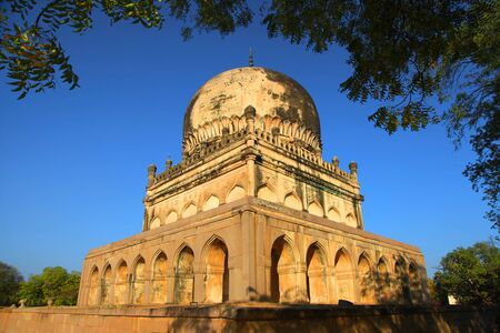 tumbas: Históricos tumbas Quli Qutbshahi en Hyderabad, India Foto de archivo