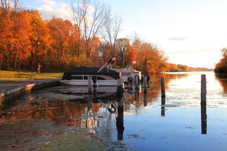 de colores: Barcos atracados en el parque al lado de árboles de otoño