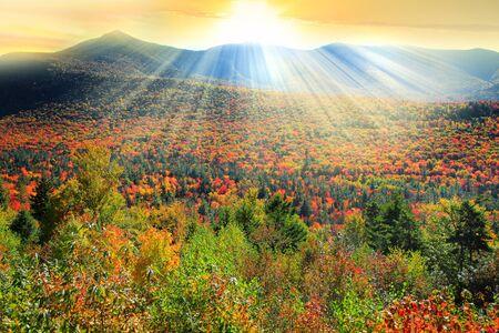 Montaña blanca paisaje forestal nacional en el tiempo de otoño con los rayos del sol