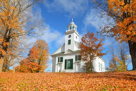 典型的なニュー イングランドの町の小さな教会秋の紅葉 写真素材