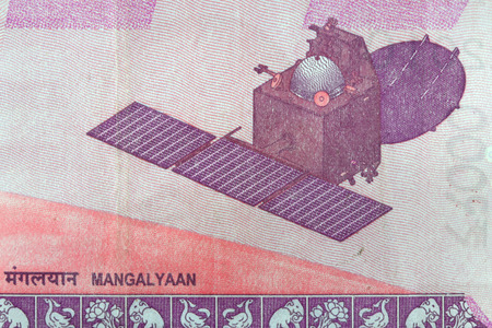 Close up shot of Indian probe Mangalyaan on 2000 Rupees note. Banque d'images - 100323612