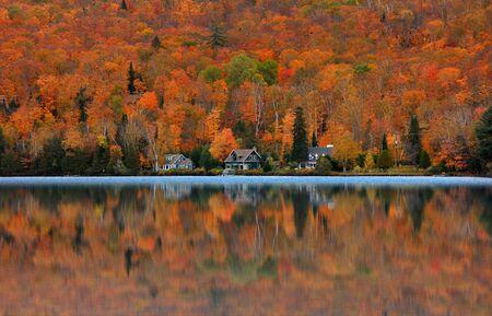 Lake Ouimet Landschaft in der Nähe von Mont Tremblant in Quebec. Standard-Bild