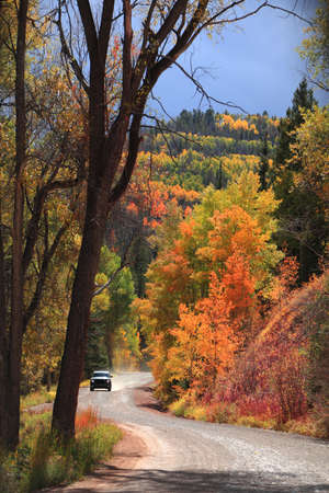 Off road vehicle on a scenic back road in San Juan mountains, Colorado during autumn time 版權商用圖片 - 155408116