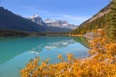 Scenic landscape of waterfowl lakes in Banff national park 版權商用圖片