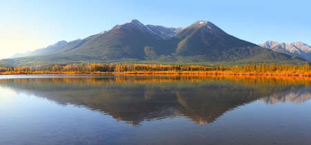 Panoramic view scenic Talbot lake landscape in Alberta, Canada 版權商用圖片