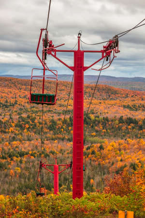 Cable chair lift tower at Copper peak in Michigan upper peninsula with sprawling Black river national forest  foliage can be seen. Standard-Bild