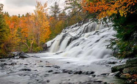 Scenic Bond falls near Paulding in Michigan upper peninsula in autumn time. Standard-Bild