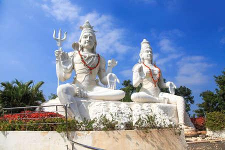Hindu god and goddess lord Shiva and Parvathi statues on Kailasagiri hill in Andhra Pradesh state India Standard-Bild
