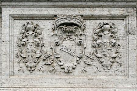 spqr: El s�mbolo de Roma graved en m�rmol, SPQR (Senatus PopulusQue Romanorum) significa literalmente romano pueblo y el Senado.