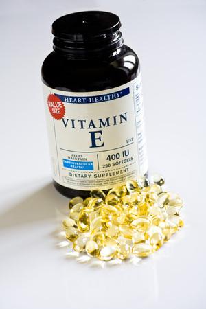 kunststof fles: Gel pillen van vitamine E met plastic fles op wit wordt geïsoleerd