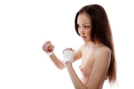 seminude: La ragazza seminuda asiatica il combattente, i costi in un rack con pugni la ferita bendaggio  Archivio Fotografico