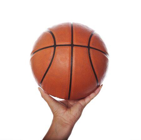 Das isolierte Bild der einen Hand und Basketball Ball auf weißem Hintergrund  Standard-Bild