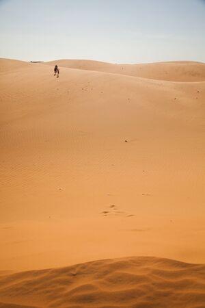Voyageur, une ou plusieurs personnes dans le désert, du sable, des dunes