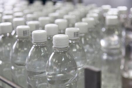 lopende band: Fles gevuld met water staande op de lopende band