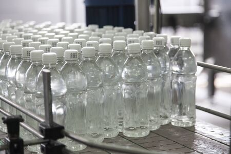 lopende band: Bottle filled with water standing on the assembly line