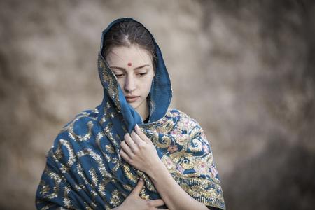 Das Mädchen des europäischen Auftritts ist mit einem Sari bedeckt