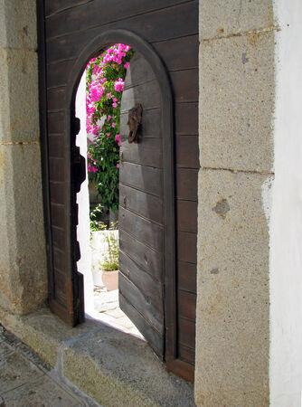 Ajar gate