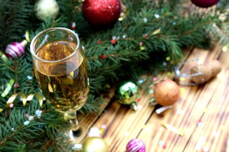 glass of champagne on the background of fir branches and Christmas balls Stockfoto