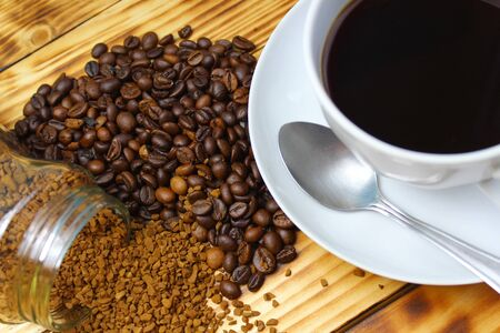Instant coffee next to grains and a cup of hot drink 版權商用圖片
