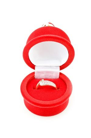 joyas de oro: anillo de oro en el cuadro de terciopelo (aislado en el blanco)