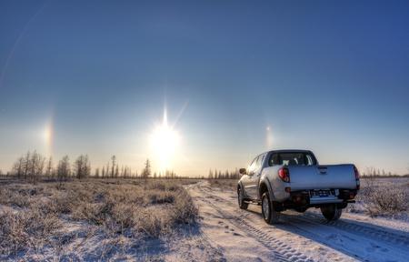 camioneta pick up: coche en la carretera y el sol
