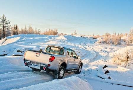 pickup truck: coche en la carretera en invierno