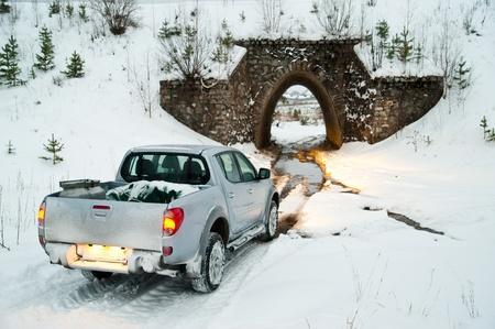 camioneta pick up: coche antes de entrar en el túnel Foto de archivo